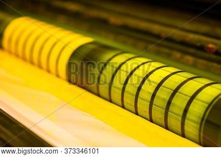 Imprenta Tradicional De Maquina Offset. Impresión En Tinta Con Cmyk, Cyan, Magenta, Amarrillo Y Negr