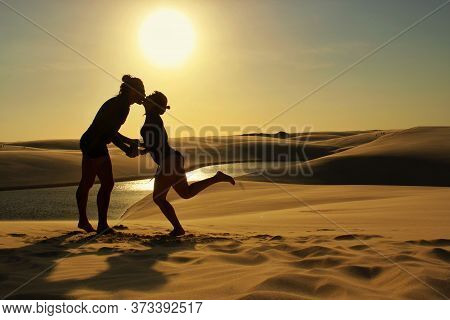 Silhueta De Casal Se Beijando Durante Pôr-do-sol. Jun/2020, Lençóis Maranhenses, Maranhão, Brasil //