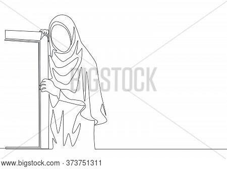 Single Continuous Line Drawing Of Young Beautiful Muslimah Wearing Head Scarf Leaning On The Wall. B