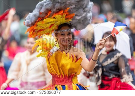 Houston, Texas, Usa - November 28, 2019: H-e-b Thanksgiving Day Parade, Members Of The Filipino Comm