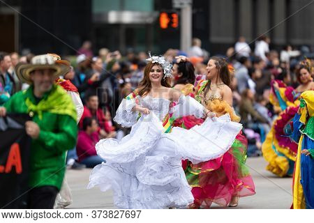 Houston, Texas, Usa - November 28, 2019: H-e-b Thanksgiving Day Parade, Women From The Colombian Com