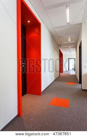 Korridor mit bunten Boden