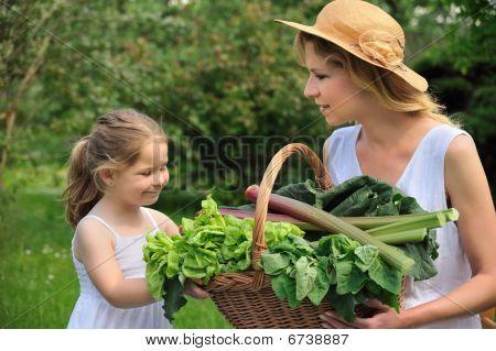 junge Frau und Tochter mit frischem Gemüse