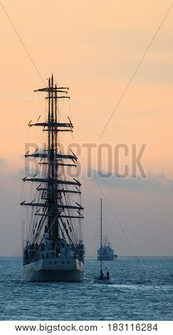 Tall ships races Antwerpen tegen zonsondergang zeilschepen