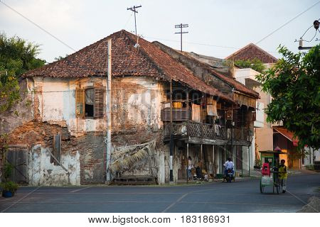 Semarang, Indonesia - september 13, 2015: Traditional street scene in Semarang, Indonesia