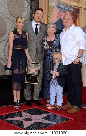 LOS ANGELES - APR 21:  Anna Faris, Chris Pratt, Kathy Pratt, Jack Pratt, his brother at the Walk of Fame Star Ceremony on the Hollywood Walk of Fame on April 21, 2017 in Los Angeles, CA