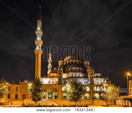 Night view of the Yeni Jami Mosque in Istanbul.