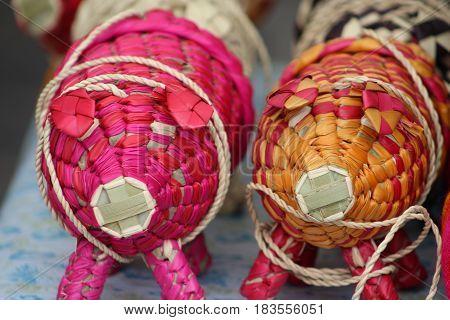 Artesanías mexicanas de palma tejida en forma de cerdo