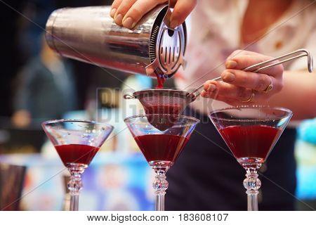 Barkeeper Einen Cocktail Vorbereitung