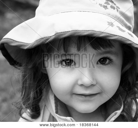 adorable niña en primer plano de sombrero de sol en blanco y negro