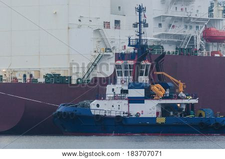 TUGBOAT - Tug insures mooring LNG carrier