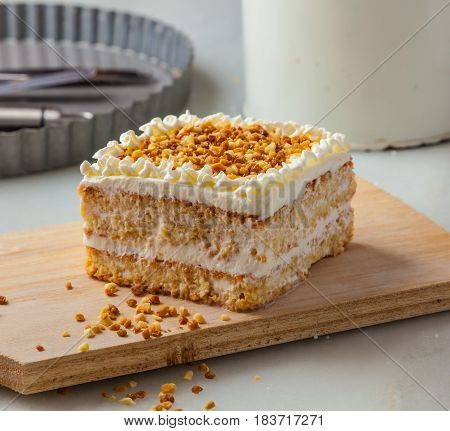 Almond cake with cream and roasted almonds