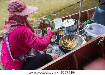 Damnoen Saduak, Thailand - 9 October 2016: Food Cooking Pad-thai On Boat At Damnoen Saduak Floating