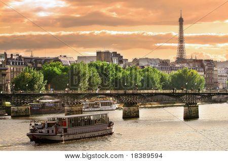 Kreuzfahrtschiff am Seineufer in Paris, Frankreich.