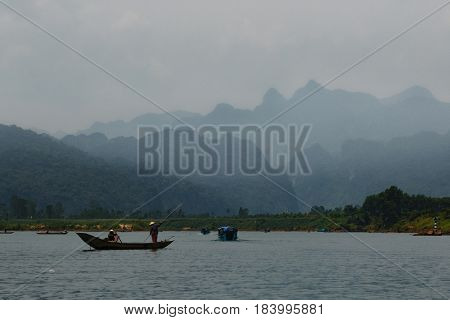 17 april 2017 - Calm river with boats in the National Park of Phong Nha Ke Bang, Viet Nam. Phong Nha Ke Bang cave an amazing wonderful cavern at Bo Trach Quang Binh Vietnam.