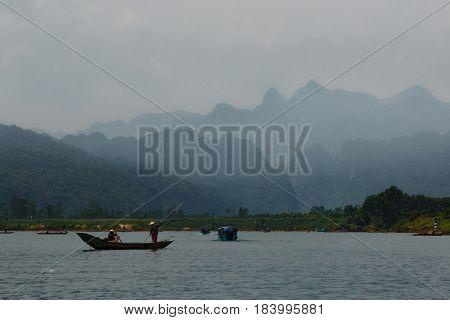 17 april 2017 - Calm river with boats in the National Park of Phong Nha Ke Bang, Viet Nam. Phong Nha Ke Bang cave an amazing wonderful cavern at Bo Trach Quang Binh Vietnam.