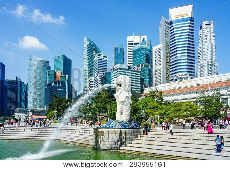 Singapore - April 17, 2018: Merlion Statue Fountain In Merlion Park And Singapore City Skyline At Bl