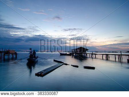 Georgetown, Penang/malaysia - Jan 16 2016: Slow Motion Fisherman Row The Boat Near The Sea Near Wood