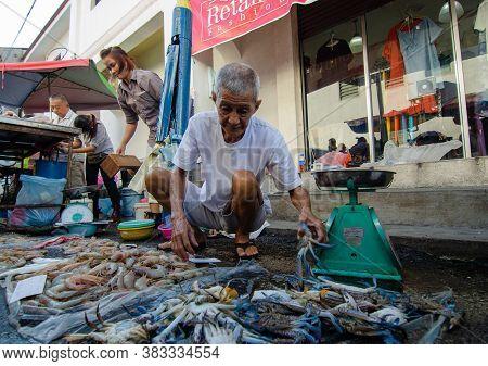 Georgetown, Penang/malaysia - Jul 30 2016: Fisherman Hawkers Sell The Dish At The Stall At Morning W