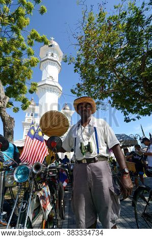Georgetown, Penang/malaysia - Jul 30 2016: Old Bicycle Show With Malaysia Flag In Front Of Masjid Ka
