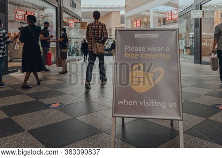 Oxford, Uk - August 04, 2020: Please Wear A Face Covering Sign Inside The Westgate Centre, A Major S