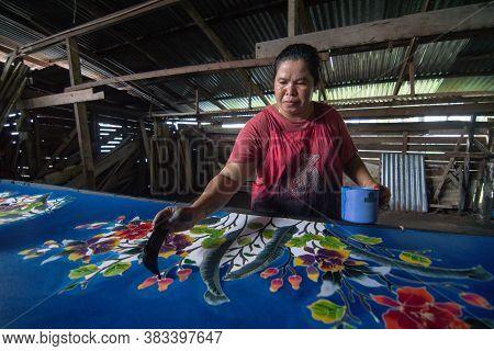 Kota Bahru, Kelantan/malaysia - Jul 15 2017: Artist Paint On Batik Fabric.
