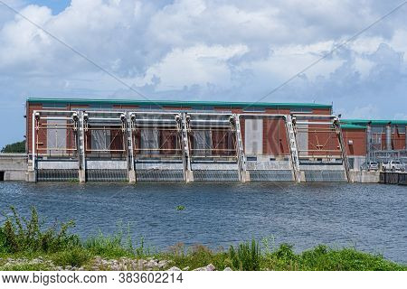 New Orleans, Louisiana/usa - 8/25/2020: London Avenue Canal, Pumping Station And Flood Gates