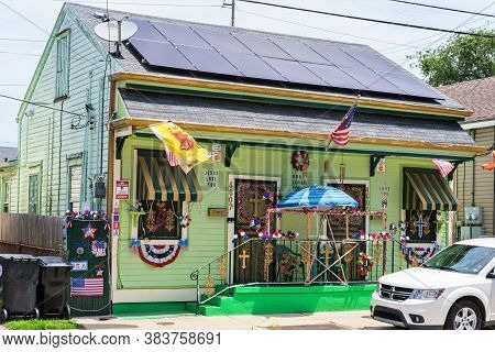 New Orleans, Louisiana/usa - 5/28/2020: House In Uptown Neighborhood With Patriotic Display For Memo