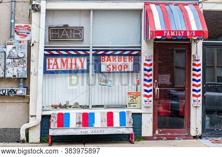 New Orleans, Louisiana/usa - 6/22/2020: Family Barber Shop In Uptown Neighborhood