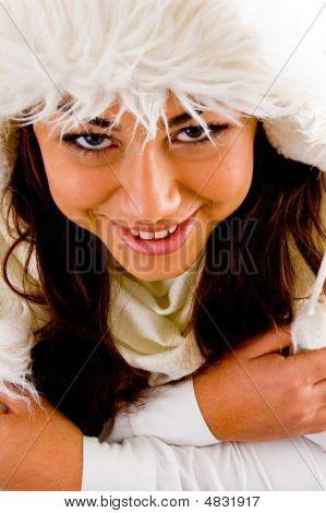 Mujer temblando mirando hacia arriba