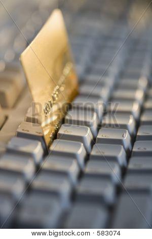 Karta kredytowa na klawiaturze komputera