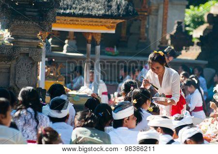 People praying in Turta Empul temple