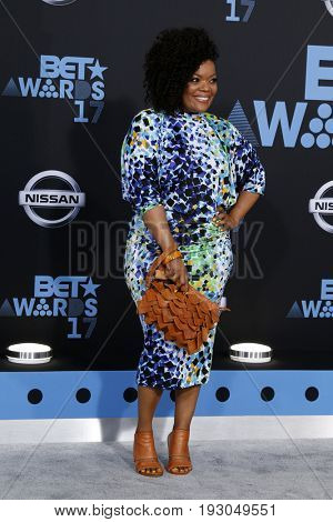 LOS ANGELES - JUN 25:  Yvette Nicole Brown at the BET Awards 2017 at the Microsoft Theater on June 25, 2017 in Los Angeles, CA