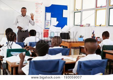 Teacher teaching an elementary school class of kids