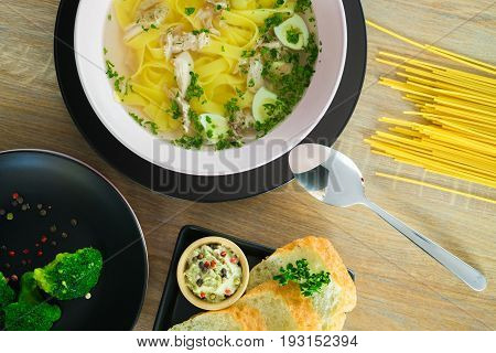 lunch with noodles on a plate with bread