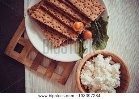 crispbread slices with cherry tomato and green spinach