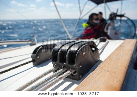 Jammers for control ropes on a sailing boat