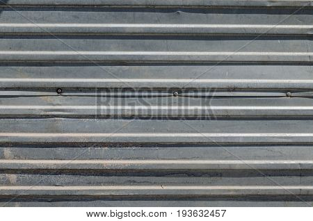 Horizontal corrugated shuttering or panel suitable as a background