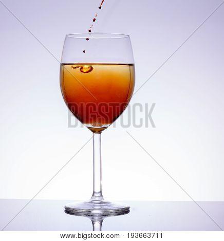 Alkohol im Weinglas zum trinken un degustieren