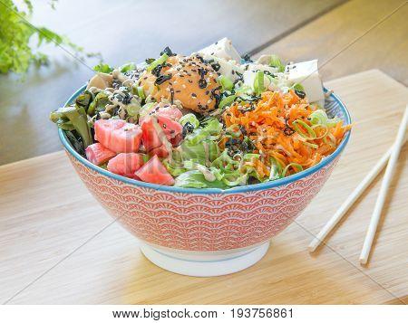 Ensalada de lechuga, rábano, zanahoria y tofu. Salad of lettuce, radish, carrot and tofu.