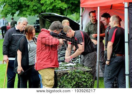 Beaulieu, Hampshire, Uk - May 29 2017: Soldiers From The British Military Police Demostrating Rifles