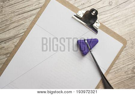 Close up shot of a reflex hammer on a cilp pad