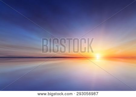 The Simulated Reflection Of The Sun's Dawn / Bright Background Scenery