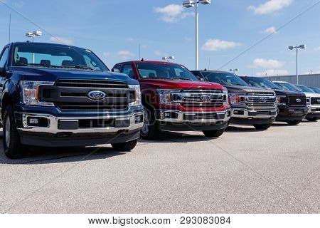 Lafayette - Circa April 2019: Ford F150 Display At A Dealership. Ford Sells Products Under The Linco