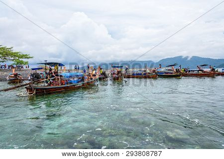 Satun, Thailand-april 25, 2018: Tourist Group Travel By Long Tail Boat Arrive At Koh Hin Ngam Island
