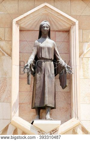 Nazareth, Israel - May 7, 2011: This Is A Sculpture Of The Virgin Mary At The Entrance To The Courty