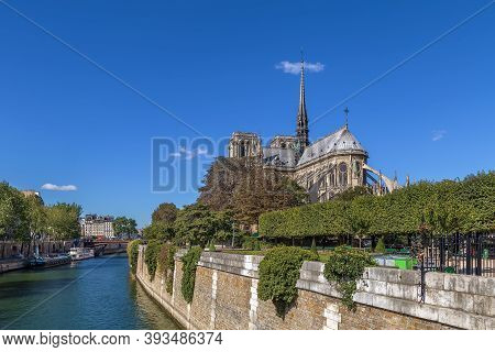 Notre-dame De Paris Is A Medieval Catholic Cathedral In Paris, France. View Of Cathedral Choir From