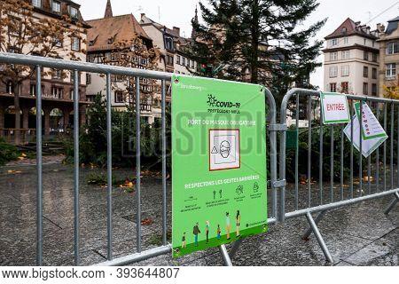 Strasbourg, France - Nov 13, 2020: Mandatory Mask Wearing On Central Square Sign Near Christmas Tree