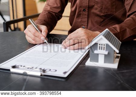 Agents Working In Real Estate Investment And Lease Contracts, Contract Home Insurance Home Purchase,
