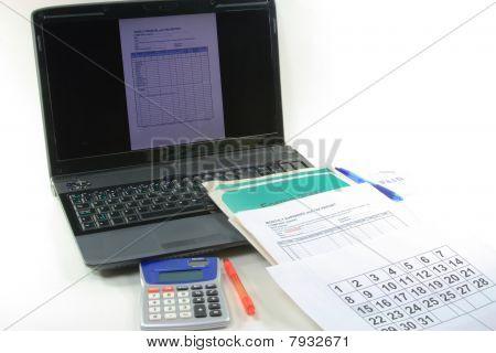 Computer-finanzielle und steuerliche Ende des Jahres. Steuer-Erklärung Vorbereitung.